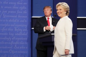 Trump observa serio a una sonriente Hillary, durante el tercer y último debate presidencial.