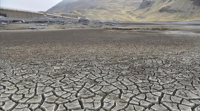 Vista de la reserva de agua de Ajuankota, que provee a La Paz, a un 1% de su capacidad por la peor sequía en 25 años, el 21 de noviembre.
