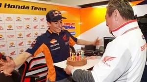 Marc Márquez, con su pastel de cumpleaños