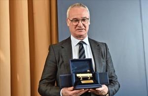 Claudio Ranieri recoge un premio en Florencia, en marzo.