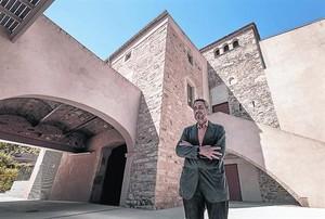 El doctor Josep Maria Padró, en la recién inaugurada escuela municipal de música en la masía de Can Fargues.