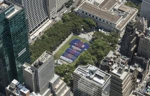 El mosaico con la camiseta gigante organizado por el Barça en dibujado en el Bryant Park de Nueva York.