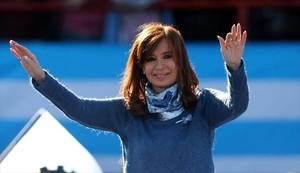 Cristina Fernández de Kirchner saluda durante un mitin en Buenos Aires, el pasado 20 de junio.