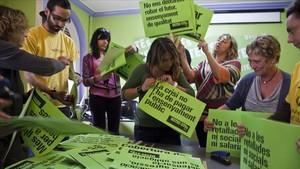 Miembros del sindicato USTEC-STEs, durante la preparación de una manifestación contra los recortes en Educación, en mayo del 2012.