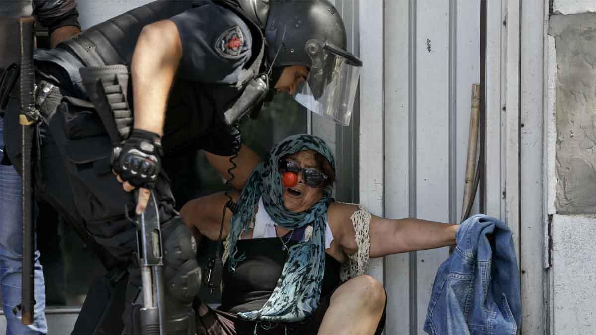 Batalla campal rodea tenso debate de reforma al sistema de pensiones en Argentina