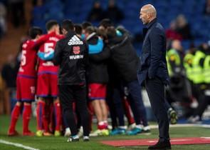 Zinedine Zidane pone cara de circunstancias mientras los jugadores del Numancia celebran el gol del empate a dos