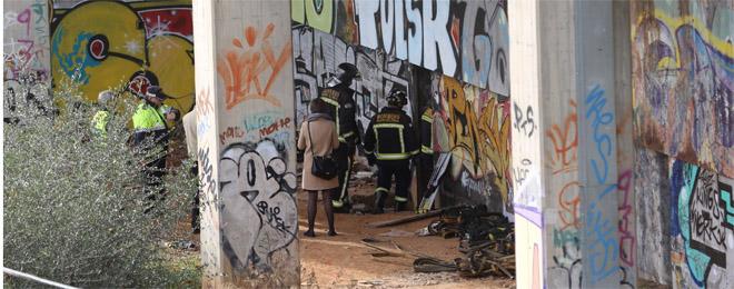 Bomberos acceden a la parada fantasma Bifurcaci�-Vilanova donde se origin� el incendio.