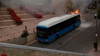 Així crema i explota un autobús urbà als carrers de Madrid
