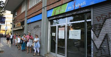Cola del paro en una oficina de empleo en Barcelona.