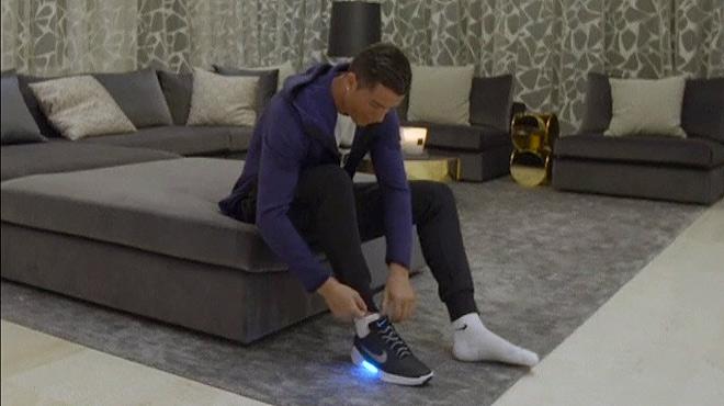 Cristiano Ronaldo prueba unas zapatillas ajustables de la marca Nike.