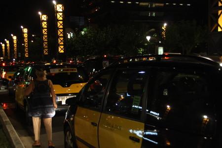 Decenas de taxistas colapsan el Port Olímpic de Barcelona contra el intrusismo, la madrugada de este sábado.