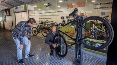 La UAB crea un servei de 'bicing' per expulsar el cotxe del campus