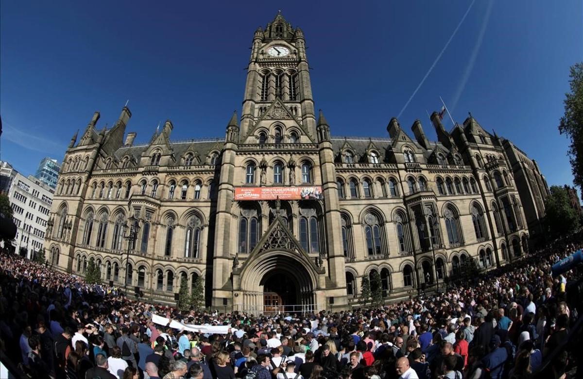 Homenaje a las víctimas del ataque terrorista en elManchester Arena en el centro de Manchester.
