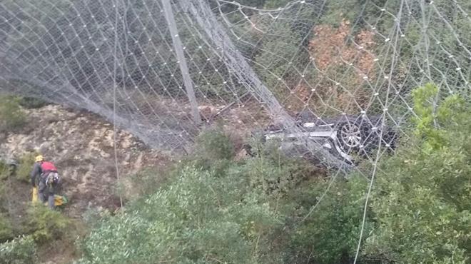 Imatges del rescat del cotxe estimbat per un barranc a Montserrat.