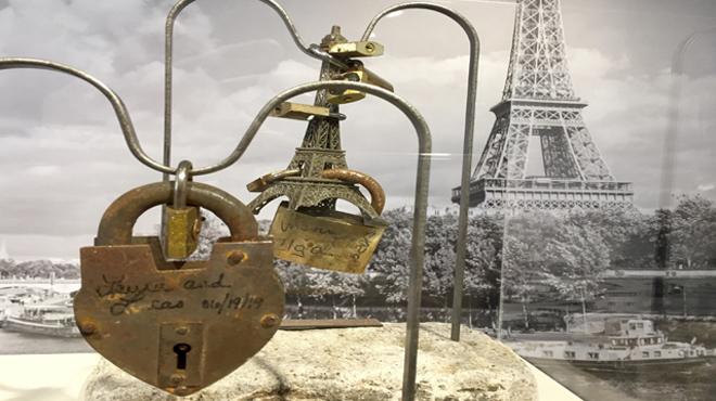 Los candados del puente del amor de París, a subasta este sábado