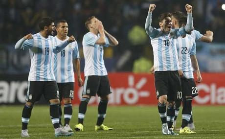Messi y el resto de los jugadores argentinos celebran un gol marcado en la tanda de penaltis ante Colombia