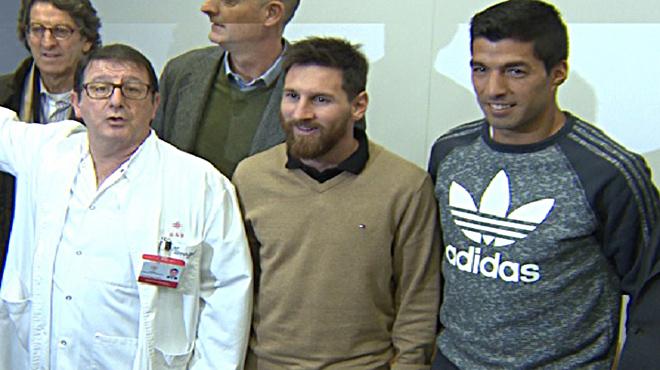 Messi y Suárez visitan un hospital de niños en Barcelona
