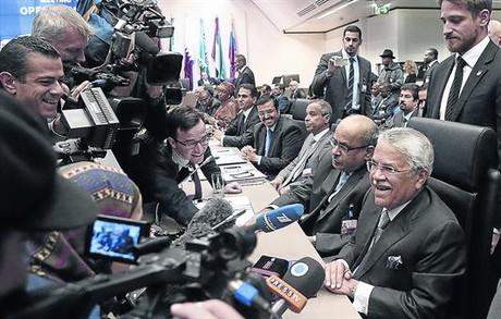 El ministro saud� de Petr�leo, Ali Al-Naimi, habla con la prensa tras la reuni�n de la OPEP.