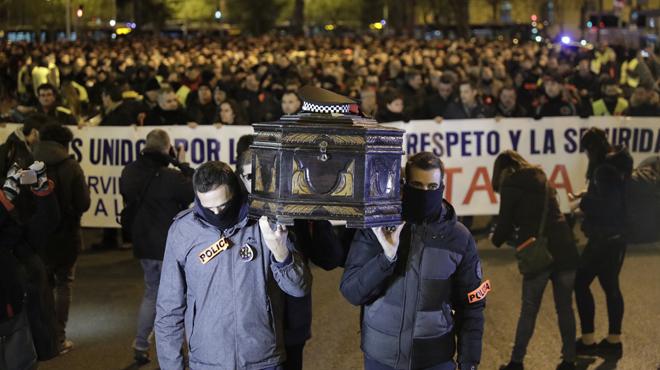 """Mossos, urbans i policies se senten""""desprotegits"""" i es manifesten a BCN."""