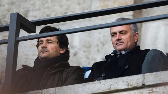 Mourinho y su ayudante habitual, Rui Far�a, observan el partido de la Bundesliga entre el Hertha de Berl�n y el Borussia de Dortmund, el pasado d�a 6