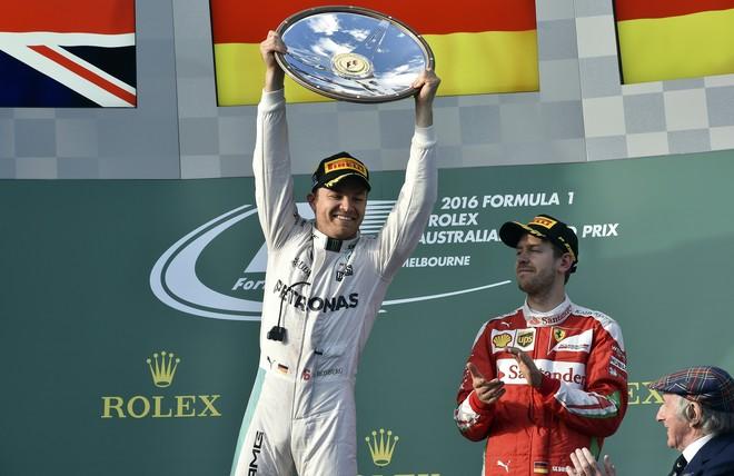Nico Rosberg celebra su triunfo en el podio de Melbourne.