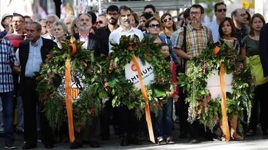 Ofrena floral d'Òmnium Cultural al monument de Rafael Casanova. RICARD CUGAT