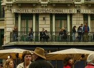 Turistas en el balc�n del Hotel Internacional, en las Ramblas.