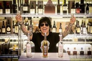AlexGonzález, batería de Maná, en Barcelona, con los tequilas Mala Vida que ha lanzado al mercado.