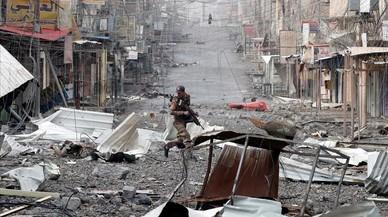Un soldado de las fuerzas especiales iraquíes atraviesa una calle durante una batalla con militantes islámicos en Mosul, Irak.