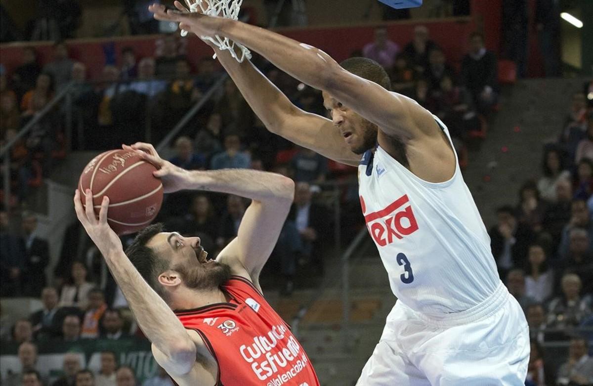 El valencianista Oriola intenta lanza ante la defensa de Randolph
