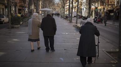 Varios jubilados pasean por la Rambla.