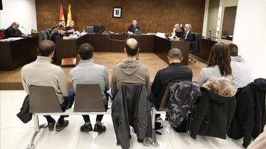 Sis antifeixistes s'asseuen al banc dels acusats per agredir ultres el 12-O