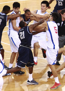 Jugadores del Georgetown University y del Bayi Rockets, durante la pelea.