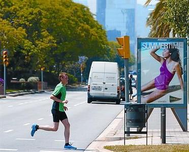 Un hombre practica 'footing' en la Vila Olímpica, ayer.