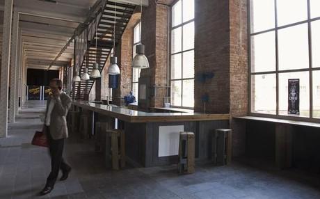 Una imagen del bar del vestíbulo de la fábrica de creación Fabra i Coats.