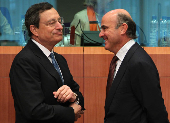 El presidente del BCE, Mario Dragui, y el ministro de Economía, Luis de Guindos, el 9 de julio en Bruselas.