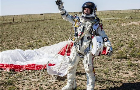 Baumgartner saluda eufrico tras finalizar su gesta aeronutica.