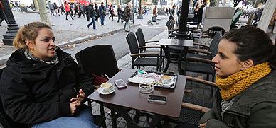 Dos jóvenes charlan con sus móviles sobre la mesa de una terraza de la calle de Bergara, el viernes.