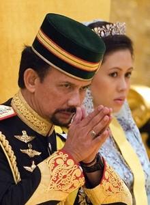 El sultán de Brunei Hasanal Bolkiah y su esposa, Azrinaz Mazhar Hakim.