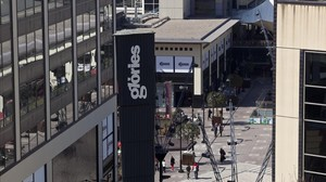 El centre comercial Glòries, envoltat de cinc edificis doficines dels quals dos shan venut.