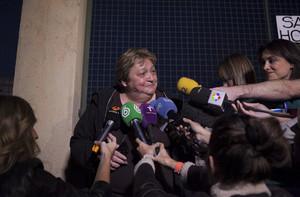 Teresa Mesa, portavoz de Teresa Romero, atiende a los medios a las puertas del Carlos III, este domingo.