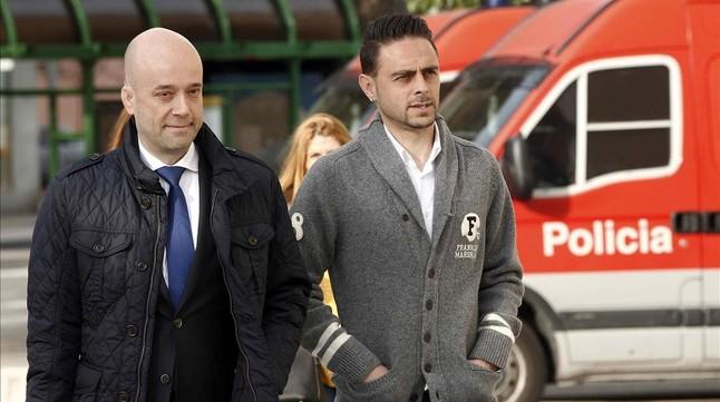 Sergio García, acompañado de su abogado,a su llegada al Palacio de Justicia de Pamplona para declarar ante el juez por el presunto amaño del Espanyol-Osasuna.