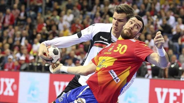 El alemán Erik Schmidt tapona el tiro de Gedeón Guardiola durante la final del europeo de balonmano.