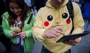 Dos jóvenes buscan pokemons en Viena.