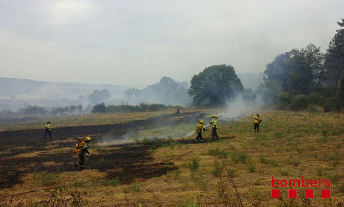 Los Bombers trabajan en las tareas de extinción del incendio que afecta a Cruïlles, Monells y Sant Sadurní de lHeura.