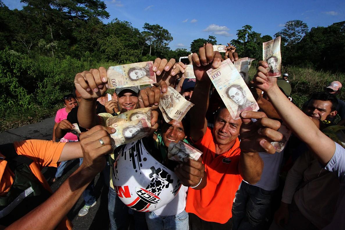 Protestas en San Cristobal (Venezuela) por la retirada de circulación de los billetes de 100 bolívares.