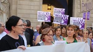 Concentración contra la violencia machista delante del Ayuntamiento de Barcelona.