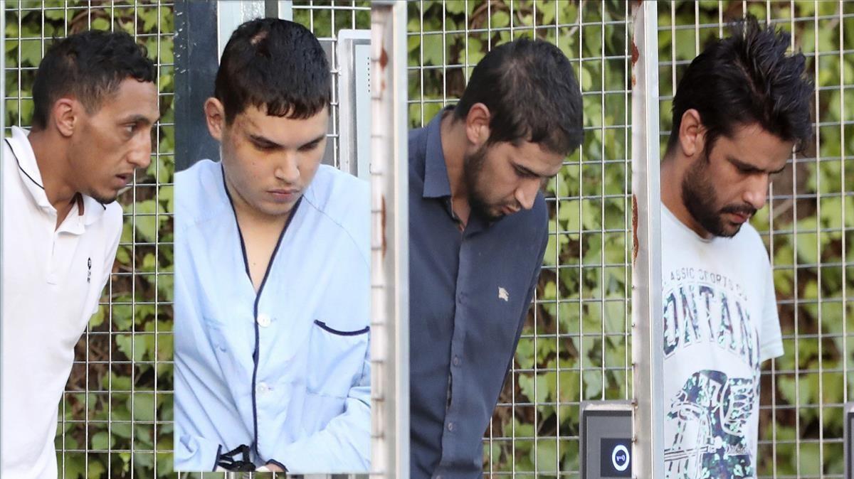 Los cuatro detenidos a la salida de las dependencias policiales de Tres Cantos.