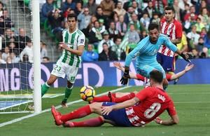 Saúl marca el único gol del partido lanzándose para rematar en el segundo palo un centro de Vrsaljko