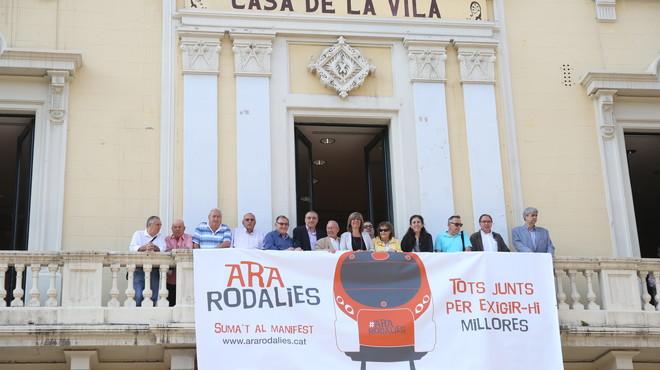 La pancarta colgada en el balc�n del Ayuntamiento de L'Hospitalet pide mejoras en la red de Cercan�as.